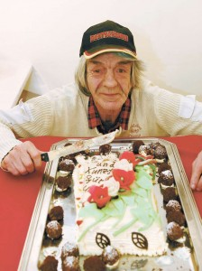 Glücklich, aber ein bisschen müde, schneidet Uwe Dierks Stücke von seiner Geburtstagstorte: In seinen 65. hat er kräftig reingefeiert