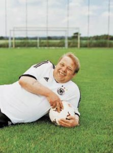"""Im Juli 2003 zierte Fred im Trikot vom damaligen Fußball-Nationalspieler Marco Bode unser Titelblatt. Wir inszenierten damals Träume von Verkäufern: Fred, der erklärtermaßen nicht sehr sportlich war, träumte davon, neben Otto Rehagel auf der Trainerbank zu sitzen. Oder noch verwegener: selbst eine kleine Jugendmannschaft zu trainieren. """"Das fänd ich schön, die Jungen so zu begleiten, von unten nach ganz oben"""", sagte er damals. """"Ich wette, ich wäre ein lockerer Trainer, denn eins ist wichtig: Fußball muss immer Spaß machen."""" Fred hatte mit 16 in der Bremer Landesauswahl gespielt, dann aber aufgehört: """"Wegen der Zunahme meines Bauchumfangs und Trainingsfaulheit."""""""