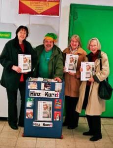 Im Januar 2006 wurde Fred zum Lieblingsverkäufer gewählt. Vorgeschlagen hatten ihn seine Kundinnen Christa Steegmann, Johanna Sehmrau und Cornelia Müller (von links). Als die Nachricht von Freds Tod die Runde machte, hielten Hunderte von Kunden an seinem Verkaufsplatz inne. Auch viele Kinder und Jugendliche werden traurig sein: Fred erzählte am Schulzentrum in Jork häufig über Obdachlosigeit. Er selbst hatte sie zum Glück überwunden und lebte seit Jahren in einer kleinen Wohnung in Wilhelmsburg.
