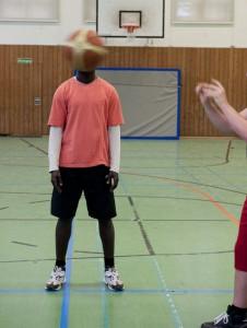Andrew ist froh, dass er endlich wieder mit anderen Jugendlichen Basketball spielen kann. Hier fühlt er sich wohl, weil beim Sport nicht zählt,  was für einen Pass er hat. Erkannt werden will Andrew trotzdem nicht, solange über sein Asylverfahren nicht entschieden ist.
