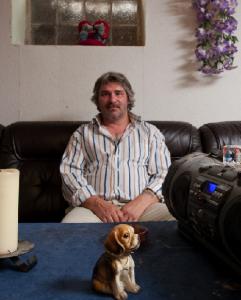 Ein Zuhause mit Schimmel und ohne Tageslicht: Frank Dzialoszynski lebt in einem Keller, der gar nicht als Wohnung zugelassen ist. Vermieterin ist die Kuhlmann Grundstücks GmbH.