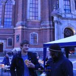 Kaffee und belegte Brötchen: Wachmacher auf dem Michel-Vorplatz