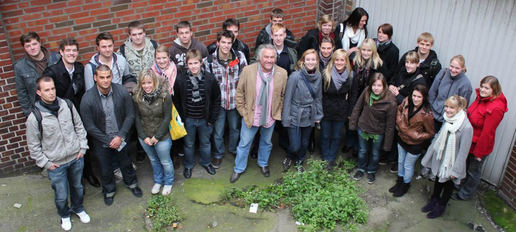 Die Beiersdorf-Azubis (die halbe Crew) mit Hinz&Kunzt-Geschäftsführer Jens Ade