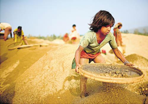 Shilu trennt Steine von Sand auf den Dämmen des Piyain River. 1000 Kinder arbeiten dort. Der Tageslohn eines Arbeiters in der Baustoffindustrie beträgt 150 Taka, weniger als zwei US-Dollar.