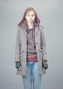 """So einen Mantel mit extra großer Kapuze wollte Hinz&Künztlerin Angelika schon immer haben. Über ihre neue Gürteltasche freut sie sich besonders: """"Da passen Geld und meine Schlüssel rein, und trotzdem ist sie überhaupt nicht klobig."""""""