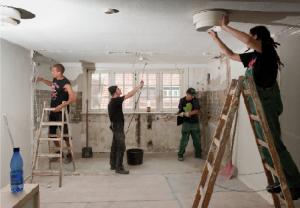 Tapeten abreißen und Wände durchbrechen: Mit großem Einsatz helfen die Holstenpunx mit, aus einem alten Haus am Holstenkamp ihr neues Zuhause zu machen. Bei ihrem Wohnprojekt hilft ihnen Stattbau.