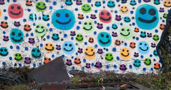 Bitte lächeln! Die Graffiti von OZ bedecken etliche Wände und Flächen in Hamburg.