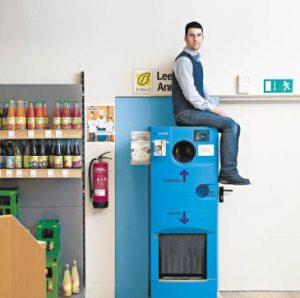 Constantin Fricke ist Verkaufsleiter bei Erdkorn. Er hatte die Idee, Pfandbon-Sammelboxen in den Hamburger Filialen aufzustellen,  deren Gegenwert an Hinz&Kunzt gespendet wird. Die Kunden nutzen das Angebot weidlich. Herzlichen Dank!