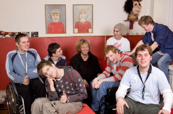 Bitte Lächeln! von links: Christian, Phillip, Mirko, Maxim und Dominic (hinten) und Dennis, Lukas und Benjamin (vorne) sind GUT DRAUF – nicht nur auf der Bühne