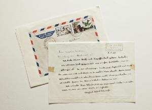 """Herzliche Grüße vom URWALDDOKTOR: Albert Schweitzer schickt Dorothea Erichsen Segenswünsche für ihr Heim für behinderte Kinder. """"Meine arme Schreibkrampfhand"""", steht in dem Brief, """"erlaubt mir leider nicht, Ihnen zu schreiben, wie ich möchte."""""""