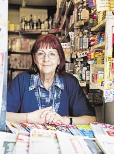 Die Kaffeemaschine  blubbert, Zeitungen warten auf ihre Käufer: Gudrun Eskötter hat Zeit für einen Blick in die Welt.