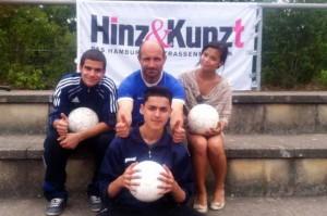 Teilnehmer des Schülerteams mit Hinz&Künztler Torsten