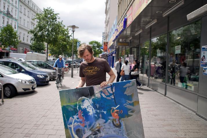 Die Porträts von Jan Helbig wollen dann und wann mal an die frische Luft. Dort schauen sie sich um und geben ihrem Erschaffer manchen Tipp, was er demnächst malen könnte.
