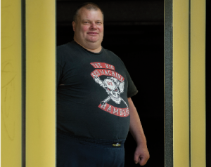 """Hartes T-Shirt – weicher Kern: Malte, der ohne sein Hells-Angels-Shirt nie auf die Straße geht, sagt: """"Ich muss Weinen, wenn Eltern kein Geld haben, um mit ihren Kindern in den Zoo zu gehen."""""""