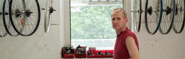 Jürgen Anklam bringt in der Fahrradwerkstatt der AIW alte Drahtesel auf Vordermann, die dann günstig im Stadtteil verkauft werden.