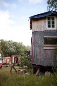 Das GELÄNDE ist weder für Wohnungen noch für Gewerbe verplant. Die Wagen stören niemanden.