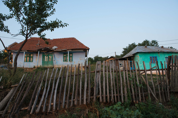 Bacioiu liegt im Nordosten von Rumänien, an der Grenze nach Moldawien. Dass das Dorf arm ist, sieht man. Viele Lehmhäuser sehen aus, als würden sie gleich einstürzen. Nur eine Straße ist asphaltiert, fließend Wasser gibt es nicht, nur Elektrizität.