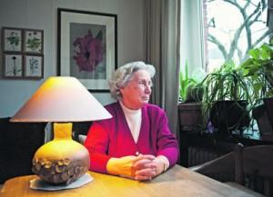 """Inge Huderitz wohnt jetzt in einer Einzimmerwohnung, ohne Platz für """"all den Krimskrams"""" aus ihrem alten Haus."""