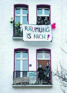 """Ali Gülbols Nachbarn zeigen ihre Solidarität. Hinter dem Transparent """"Räumung is nich!"""" steht Norbert Hirschauer (rechts): """"Der Stadtteil hat sich dramatisch geändert"""", sagt er."""
