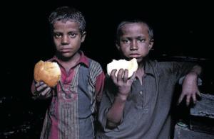 Mit Fotos wie diesem wurde er berühmt: 2006 fotografierte GMB Akash zwei Jungen, wie sie in einer Fabrik in Dhaka ihr Mittagsbrot essen. Nun will er ihnen helfen, ein eigenes Unternehmen zu gründen. Foto: GMB Akash