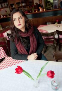 """Sie ist in Wilhelmsburg aufgewachsen und fühlt sich WOHL hier: Aylin Caterina Bonanno vom """"Don Matteo"""". Das Restaurant wurde von ihrer Mutter und zwei ihrer Tanten gegründet und erfreut sich regen Zulaufs. Foto: Dmitrij Leltschuk"""