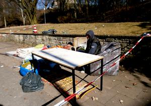 Alles verloren: Derzeit campieren die Obdachlosen wenige Meter vom Brandort entfernt