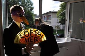 Im Sommer 2010 protestieren Aktivisten mit Konfetti, Sekt und lauter Musik bei einer Wohnungsbesichtigung gegen steigende Mieten.