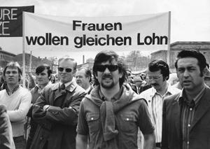 München 1975: Männer demonstrieren ihre Solidarität mit den Frauen. Ihre Forderung ist auch heute noch aktuell.