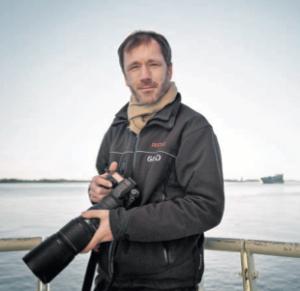 JÄGER UND SAMMLER: 300 Bilder schießt Thomas Kunadt an manchen Tagen. Von Schiffen auf der Elbe. Der Fotograf ist in der DDR aufge- wachsen – da war die weite Welt sehr weit weg. Foto: Evgeny Makarov