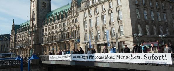 Mitarbeiter der Wohnungslosenhilfe und ihre Forderung zum Ende des Winternotprogramms Mitte April vor dem Hamburger Rathaus.