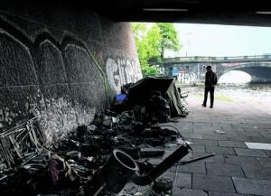 Das FEUER unter der Kennedybrücke hat  alles vernichtet: Zelte, Kleidung, Schlafsäcke, Bücher. Zum Glück wurde niemand verletzt.
