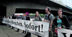 100 Menschen haben sich auf einer Kundgebung mit den ehemaligen Platten-Bewohnern solidarisiert.