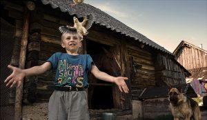 """Ob Hunde, Pferde  oder Hühnerküken: Wenjamin liebt am Landleben als """"Downshifter"""" vor allem die Tiere. In Minsk hat sich der Achtjährige oft gelangweilt, hier hat er immer zu tun. Am liebsten hilft er seinem Vater Walentin auf dem Hof und beim Fischen."""