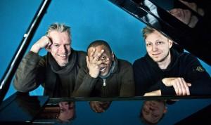 Trio aus drei musikalischen Welten (von links): Drummer Jürgen Spiegel stammt aus Deutschland, Bassist Omar Rodriguez Calvo aus Kuba und Pianist und Bandchef Martin Tingvall aus Schweden.