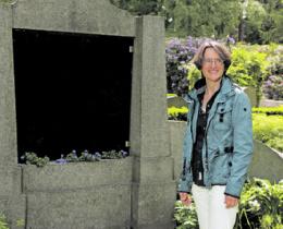 """Mehr als 100 Grabsteine auf 1000 Quadratmetern: """"Es gibt  immer wieder Neues zu entdecken"""", sagt Marion Eggers vom Verein  """"Garten der Frauen"""" – in diesem Monat sogar multimedial."""