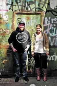 Die Band sind: Jesse-James Cameron (Gesang/Gitarre) und Tammy Amstutz (Bass/Gesang). Er war obdachlos, sie ist die Tochter eines Predigers.