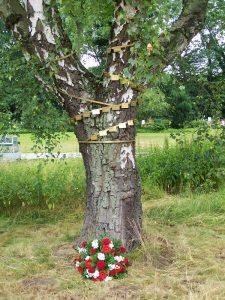 Der Gedenkbaum für verstorbene Hinz&Kunzt-Verkäufer steht auf dem Öjendorfer Friedhof: vom Haupteingang geradeaus, am Feierraum Nord vorbei, der nächste Weg links führt auf den Baum zu