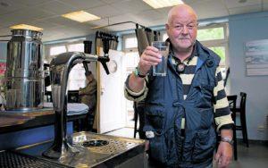 Auch John freut sich, dass er sich bei uns jetzt jederzeit ein erfrischendes Glas  Wasser aus dem Zapfhahn holen kann.