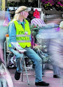 Darf mitsamt Hocker auf dem Wochenmarkt in Bergedorf bleiben: Erich Heeder.
