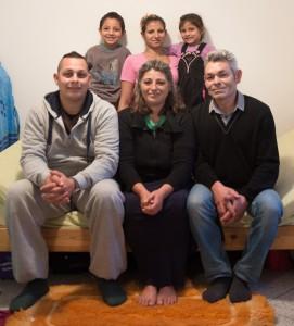 Ivan (6) und Katarina (4) mit den Eltern und Großeltern in der Kirchenkate. Um alle aufs Foto zu bekommen, musste Mauricio Bustamante sich auf die Toilette zurückziehen.