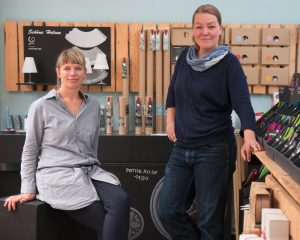 """Weil Hamburg und Hinz&Kunzt """"einfach zusammengehören"""", setzen Anke Rabba und Katrin Kuchenbecker von dekoop  gerne ihre Kreativität und Fingerfertigkeit zugunsten des Projekts ein."""