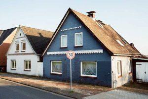 """Im """"Geisterdorf von Neuenfelde"""" stehen 50 Häuser seit mindestens sieben Jahren leer. Die Häuser wurden von der Stadt aufgekauft, um die Verlängerung der Airbus-Startbahn ohne Prozesse durchzusetzen. Die Linke will, dass solche Häuser als Unterkünfte für Obdachlose hergerichtet werden."""