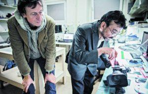 Filmemacher Rasmus Gerlach (links) besuchte die Handy-Doktoren, weil er ein kaputtes iPhone geschickt bekam. Die Geschichten, die ihm die Fachleute über die Produktion von iPhones erzählten, machten ihn neugierig. Mithilfe der Kontakte der Handy-Doktoren reiste er nach Afrika und China.