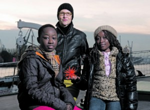 """Steffi Karsten (Mitte) ist Seemannsbraut und Angestellte der Reederei Ahrenkiel. Ihr Mann arbeitet auf einem Vermessungsschiff. Weihnachten 2012 lag es vor Mosambik. Ihre Patenkinder Jessica und Gideon sendeten ihre Grüße dorthin. In diesem Jahr feiert sie Weihnachten mit ihrem Mann. """"Ein Glück"""", sagt sie."""