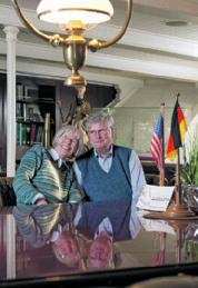 """Die Amerikanerin Hilvie lernte den  deutschen Offizier Georg Fries beim Landgang  in New York kennen und lieben. Dann  hieß es für vier Jahre: Fernbeziehung.  Hilvie: """"Georg hat mich oft aus zugigen Telefonzellen am Hafen angerufen."""""""