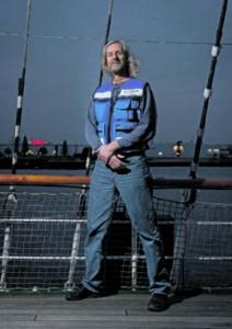 """Seemannsdiakon Jan  Oltmanns leitet den internationalen Seemannsclub Duckdalben in Waltershof. Der ist oft erste Anlaufstelle für Seefahrer aus rund 100 Nationen.  """"Zu 95 Prozent sind es  Männer"""", sagt er."""