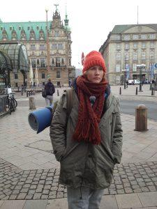 """Hungrig, ausgelaugt und müde – so zieht Tagesschau-Sprecherin Judith Rakers durch die Innenstadt. Nachts schläft sie mit anderen Obdachlosen unter  der Kersten-Miles- Brücke. """"Da habe ich mich wenigstens sicher gefühlt"""", erzählt sie."""