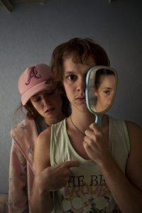 """Dem Zuschauer den Spiegel vorzuhalten ist bei einem Theaterstück, das sich um verwirrte Geisteszustände dreht, eigentlich eine hübsche Idee. Klappt bei der Produktion """"Schwarze Augen, Maria"""" aber nur bedingt, findet unser Autor."""