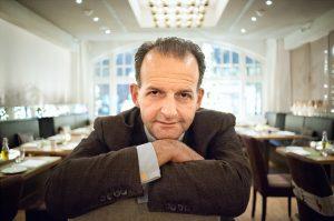 """""""Es sollte für Restaurants zum guten Ton gehören, bei ,Hilf Mahl' dabei zu sein"""", sagt Mathias Bach, der das Projekt in Hamburg nach Londoner Vorbild gegründet hat."""