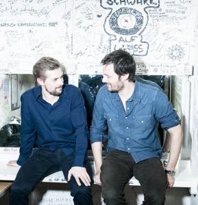 Früher war Klaas Heufer-Umlauf (links) Friseur, sein Bandkollege Mark Tavassol Arzt.  Gemeinsam sind sie das Duo Gloria.